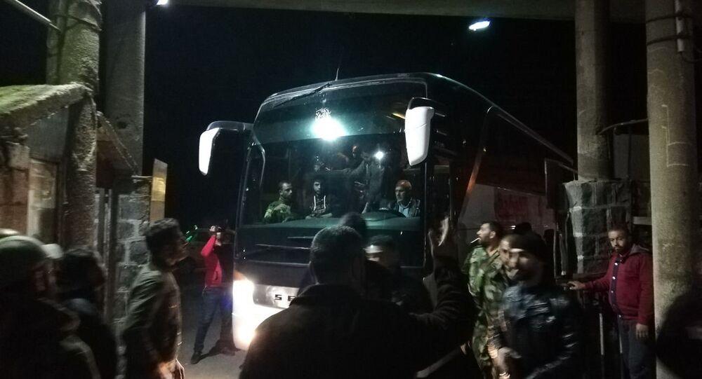 لحظة وصول المختطفين الذين حررهم الجيش السوري من قبضة داعش الإرهابي