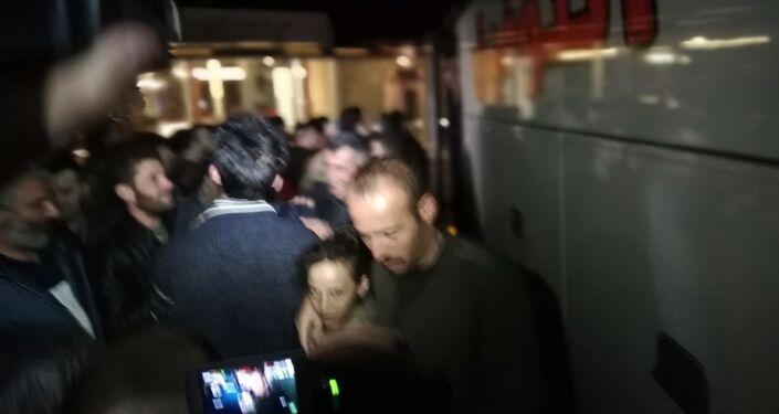 طفلة صغيرة مع أحد أقاربها لحظة وصولها بعد تحريرها من قبضة داعش الإرهابي
