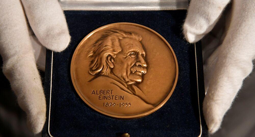 جائزة ألبرت أينشتاين المملوكة للراحل البريطاني الراحل ستيفن هوكينغ في دار مزادات كريستيز، 8 نوفمبر/تشرين الثاني 2018
