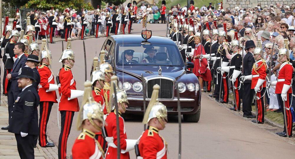 الملكة إليزابيث الثانية تصل إلى حفل منح وسام التميز  في قلعة وندسور