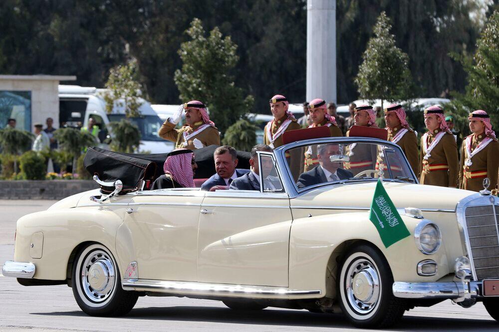 ملك السعودية سلمان بن عبد العزيز آل سعود وملك الاردن عبدالله الثاني في مطار عمان