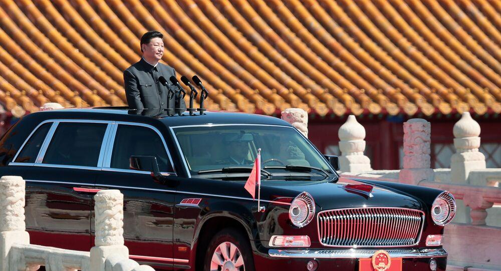 رئيس جمهورية الصين الشعبية شي جين بينغ قبل بدء العرض العسكري بمناسبة الذكرى السبعين لانتهاء الحرب العالمية الثانية