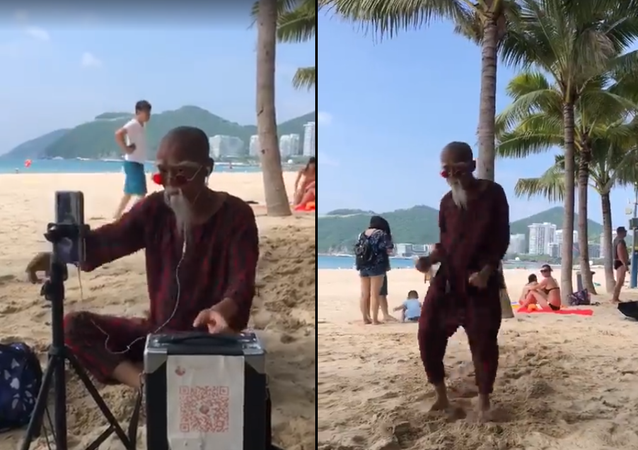 عجوز يشعل وسائل التواصل برقصه المحترف على شاطئ البحر