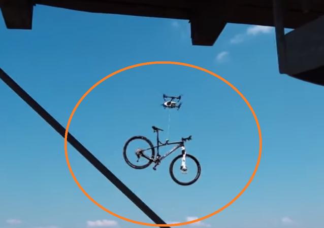 درون يسرق دراجة نارية من رياضي