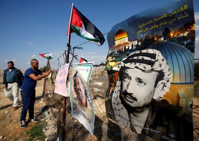 ملصقات للرئيس الفلسطيني الراحل ياسر عرفات قرب الخليل في الضفة الغربية المحتلة