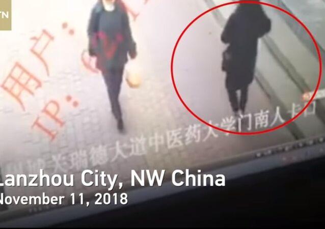 بالفيديو ... صينية تبتلعها الأرض بعد انهيار رصيف