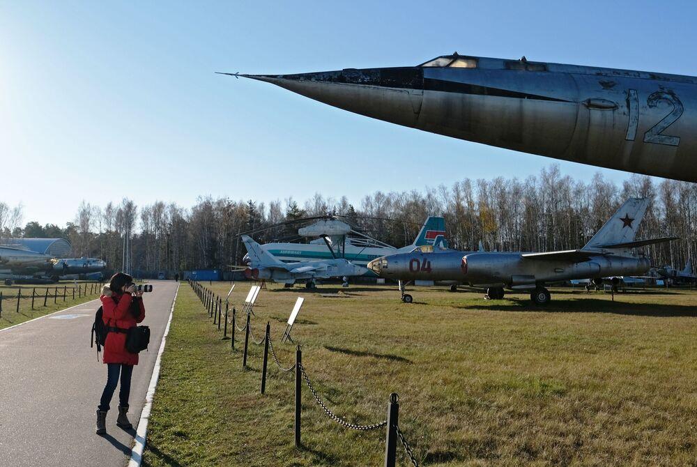 صحفية تلتقط صور لطائرات ومروحيات التابعة للقوات الجوية الروسية