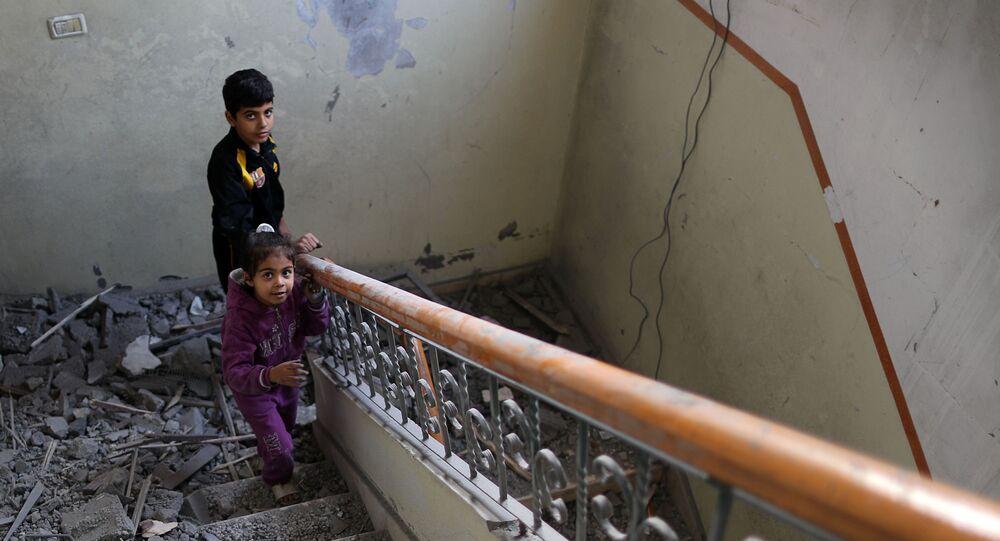 فتاة فلسطينية تصعد درج منزل عائلتها الذي تضرر في غارة جوية إسرائيلية على مدينة غزة