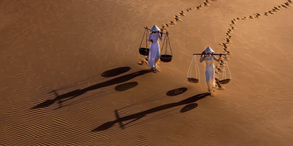 صورة بعنوان فتاتا الكثبان الرملية، للمصور تشين ليونغ تيو، مرشحة لقائمة توب-50 في فئة هواة المناظر الطبيعية