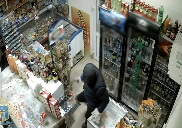 شابة روسية شجاعة تواجه لصا مسلحا بممسحة وتجبره على الهروب