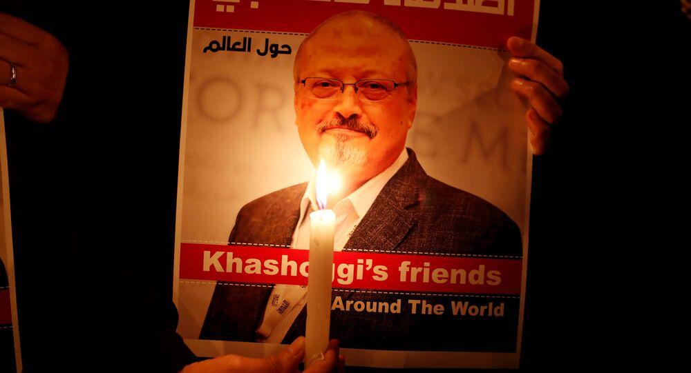 متظاهر يحمل صورة الصحفي السعودي جمال خاشقجي خارج القنصلية السعودية في اسطنبول