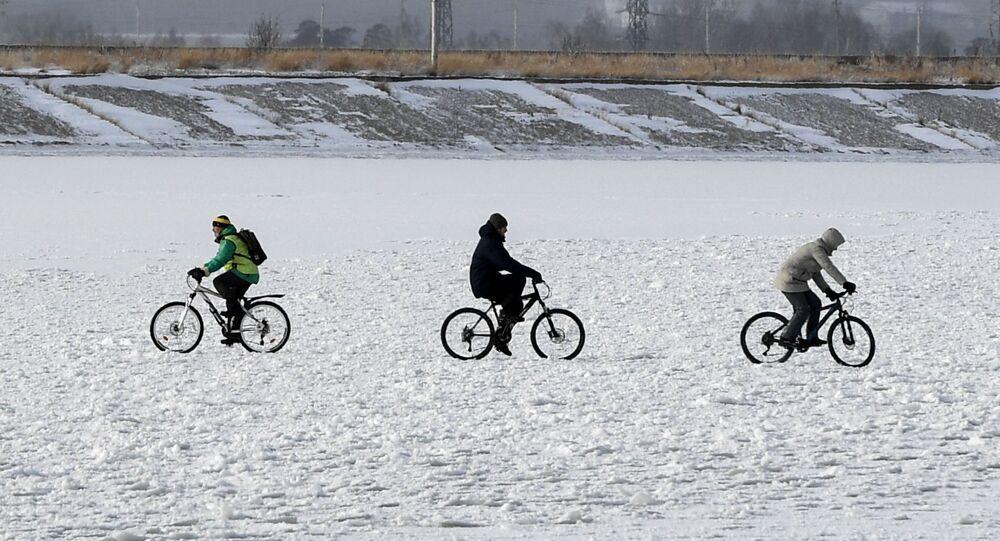 أشخاص يركبون الدراجات الهوائية على جليد بحيرة نوفوسيبيرسك الروسية