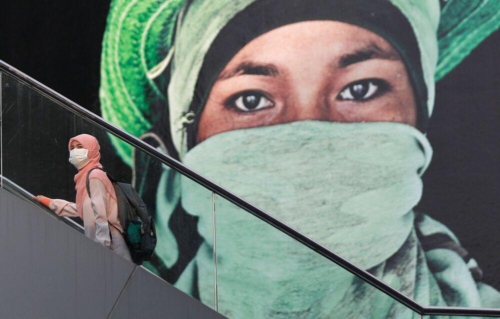 امرأة على سلم متحرك في بانكوك، تايلاند 14 نوفمبر/ تشرين الثاني 2018