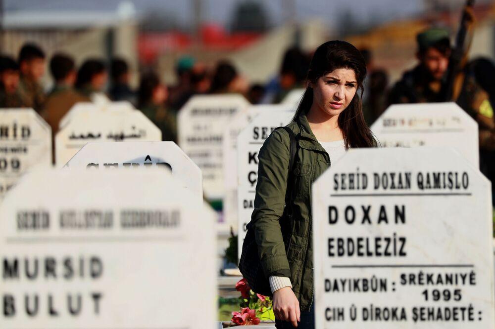 امرأة، أحد أفراد قوات سوريا الديموقراطية ،تزور قبر رفيقها الذي قتل في مدينة القامشلي شمال سوريا 11 نوفمبر/ تشرين الثاني 2018