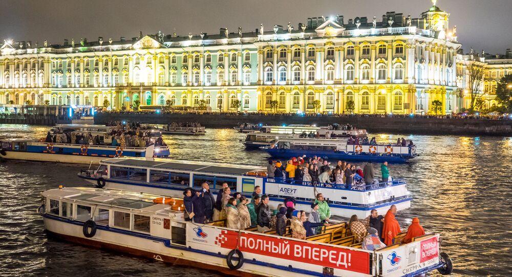 رحلة في القارب من أمام قصر بيتيرهوف في سان بطرسبورغ