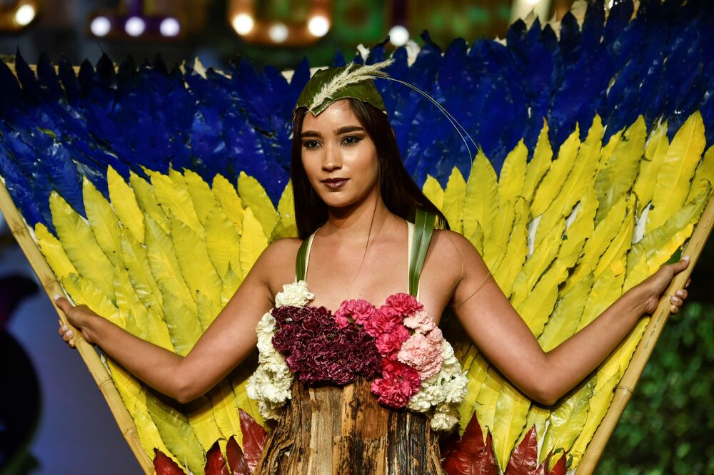 تصميم الكولومبية كاميلا غونزاليس خلال عرض الأزياء البيئي في مدينة كالي، كولومبيا 17 نوفمبر/ تشرين الثاني 2018
