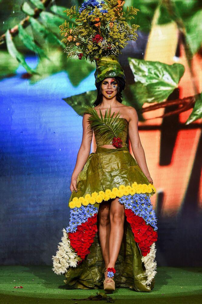 تصميم الكولومبية ليدي رودريغيز خلال عرض الأزياء البيئي في مدينة كالي، كولومبيا 17 نوفمبر/ تشرين الثاني 2018