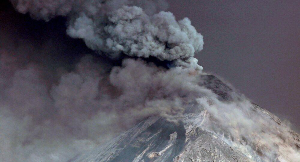 تصاعد الأبخرة من بركان فويغو في غواتيمالا، 19 نوفمبر/تشرين الثاني 2018