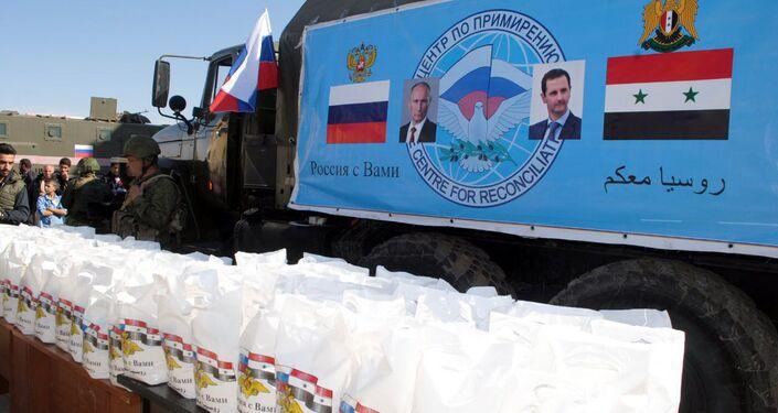 مركز المصالحة الروسي يقدم مئات السلل الغذائية لفقراء إنخل بريف درعا