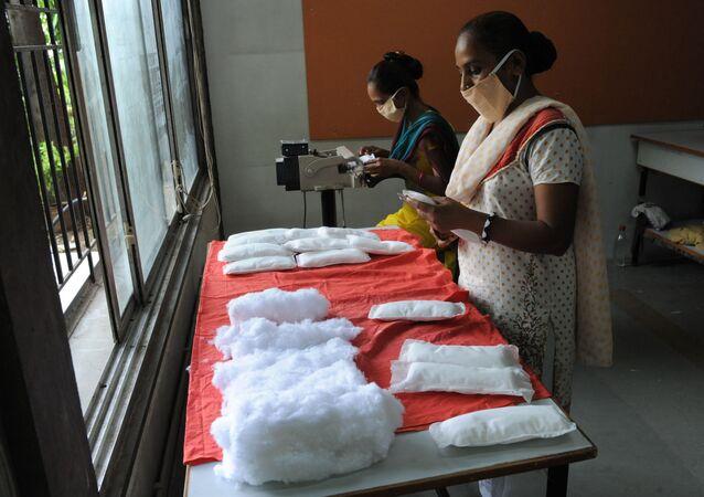 نساء يقمن بصناعة الفوط النسائية الصحية بأنفسهن في إطار عمل إحدى الجمعيات النسائية