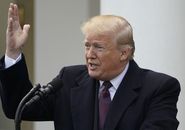 الرئيس الأمريكي دونالد ترامب خلال استضافته حفل عيد الشكر الوطني للديوك الرومي في البيت الأبيض في واشنطن، 20 نوفمبر/تشرين الثاني 2018