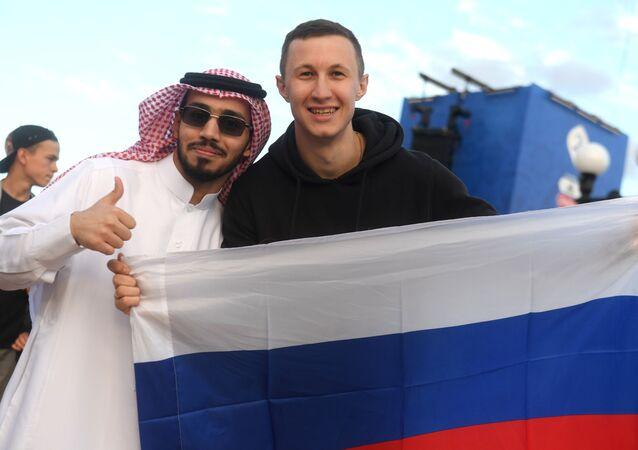 مشجعون قبل مباراة روسيا و السعودية لكأس العالم 2018  في فان زون في مدينة قازان،