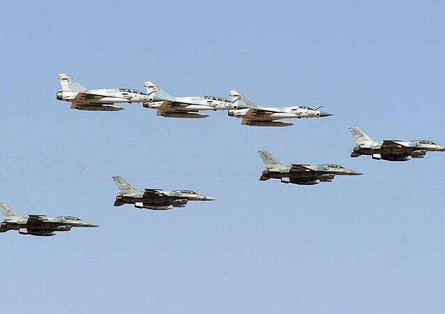 الجيش الإماراتي - طائرات ميراج 2000 وإف-16 التابعة لقوات الطيران الإماراتية خلال المناورات المشتركة مع القوات الفرنسية في صحراء أبو ظبي
