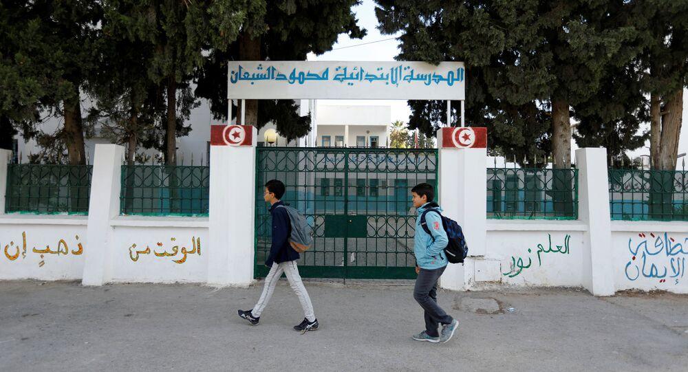 تلاميذ أمام مدرسة في تونس