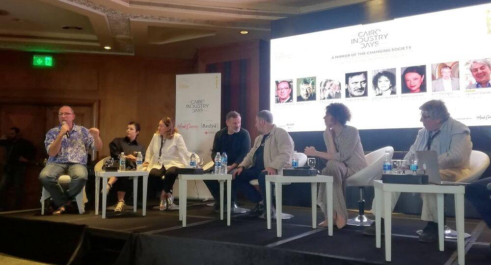 عدد من المخرجين والمخرجات الروس في ندوة مرآة المجتمع المتغير - التقاليد والابتكار بالسينما الروسية في الألفية الجديدة على هامش مهرجان القاهرة السينمائي الدولي الـ 40، 25 نوفمبر/تشرين الثاني 2018