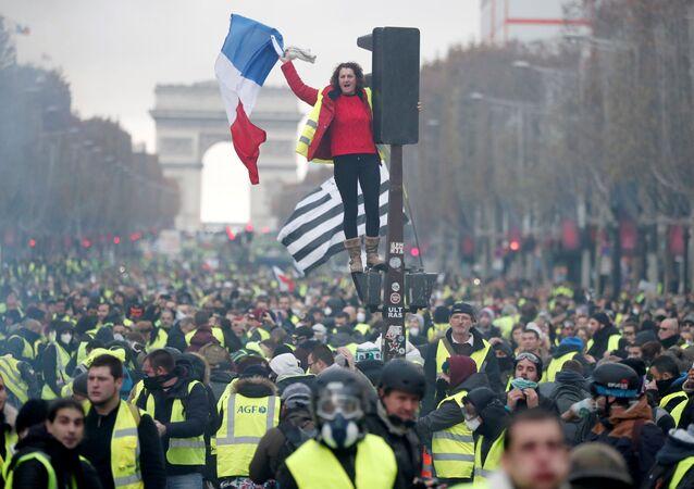 السترات الصفراء - مظاهرات و احتجاجات باريس ضد ارتفاع أسعار البنزين، والمطالبة بخفض ضريبة البنزين، نوفمبر/ تشرين الثاني 2018