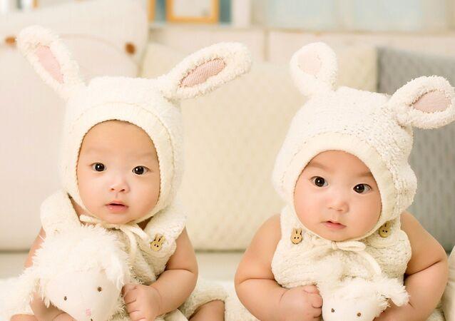 ولادة توأم معدل وراثيا لأول مرة في الصين