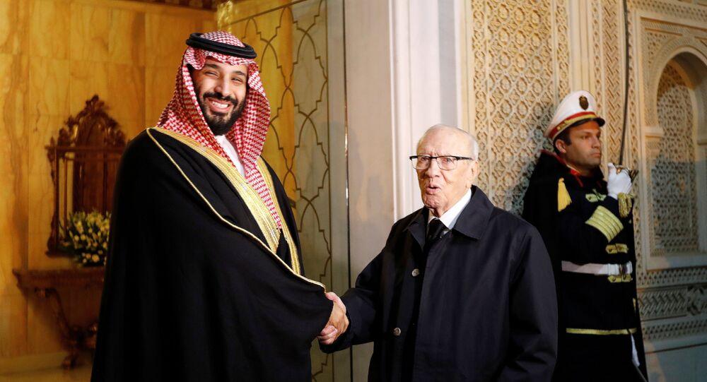 ولي العهد السعودي الأمير محمد بن سلمان يصافح الرئيس التونسي الباجي قائد السبسي في قصر قرطاج في تونس، 27 نوفمبر/تشرين الثاني 2018