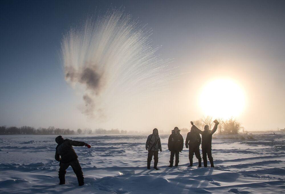 سكان إحدى القرى، على بعد 70 كيلومترا من مدينة ياكوتسك الروسية، حيث انخفضت درجة حرارة الجو  إلى 41 درجة تحت الصفر
