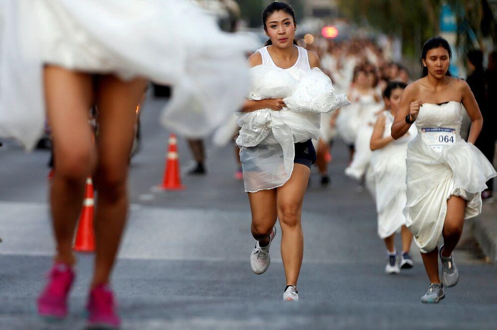 سباق العرائس في بانكوك - شارك في السباق عدة مئات من الفتيات المقبلات على الزواج. والجائزة الكبرى - حفل زفاف فخم، تايلاند 24 نوفمبر/ تشرين الثاني 2018