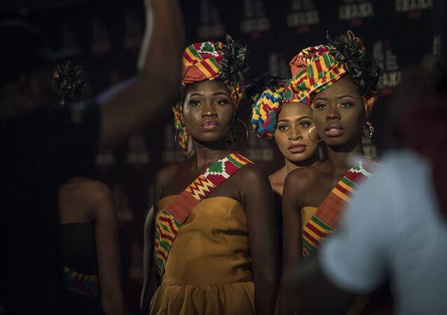 تتلقى الفتيات مضيفة التعليمات قبل حفل توزيع جوائز الموسيقية (All Africa Music Awards) في أكرا، غانا