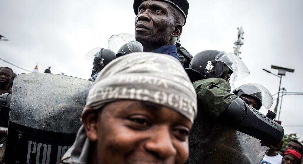 عناصر الشرطة تحرس أنصار حركة الكونغو الوطنية - فيليكس تشيسيكيدي فيتالي كاميريخ في شارع كينشاسا
