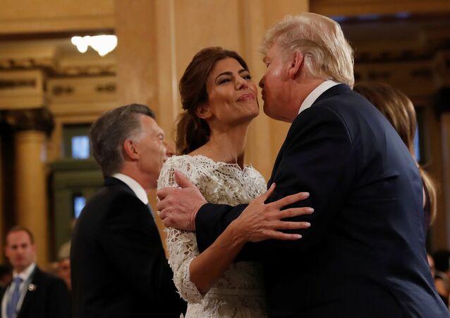 الرئيس الأمريكي دونالد ترامب وزوجته ميلانيا ترامب يتلقيان استقبالا من رئيس الأرجنتين ماوريسيو ماكري وزوجته جوليانا عواضة لدى وصولهما إلى مسرح كولون في حفل أقيم في بوينس آيرس، الأرجنتين، 30 نوفمبر/ تشرين الثاني 2018