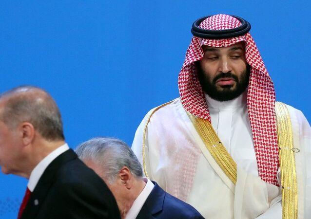 ولي العهد السعودي الأمير محمد بن سلمان وأمامه الرئيس التركي رجب طيب أردوغان في قمة العشرين