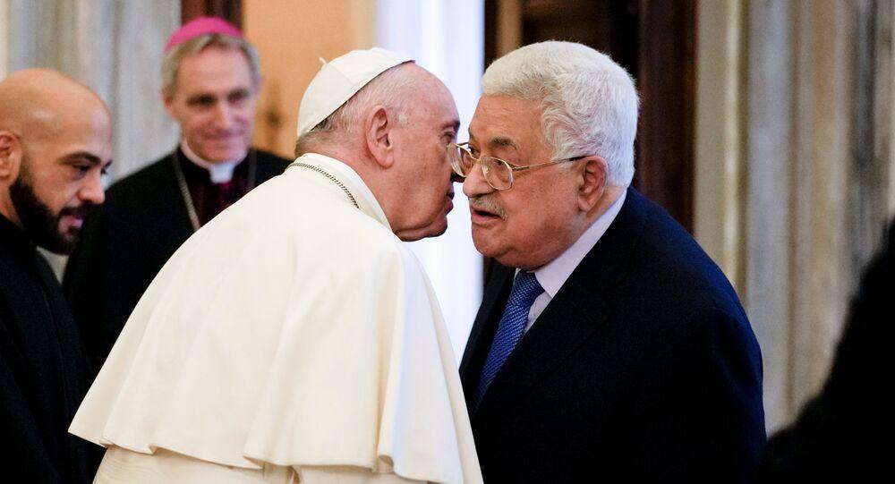 الرئيس الفلسطيني محمود عباس يلتقي بابا الفاتيكان البابا فرنسيس في مكتبة بالقصر الرسولي بالفاتيكان بروما إيطاليا، 3 ديسمبر/كانون الأول 2018