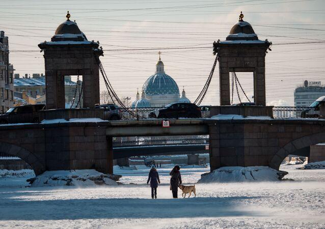 الشتاء في مدينة سان بطرسبورغ - أشخاص يسيرون على نهر فونتانكا المتجمد