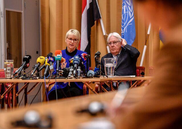 المبعوث الأممي إلى اليمن، مارتن غريفيث، ووزيرة خارجية السويد، مارغو إليزابيث والستروم، أثناء الجلسة الافتتاحية للمحادثات اليمنية في السويد