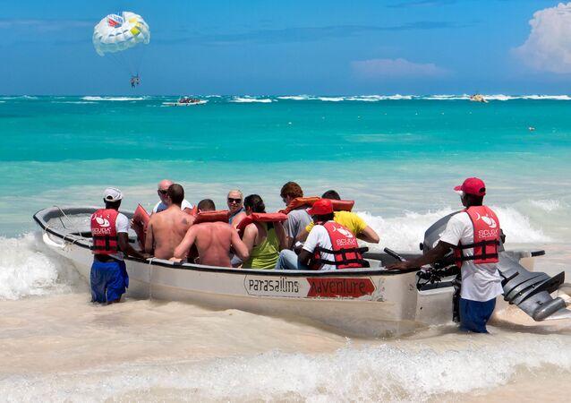 السياح في قارب على الشاطئ في جمهورية الدومينيكان