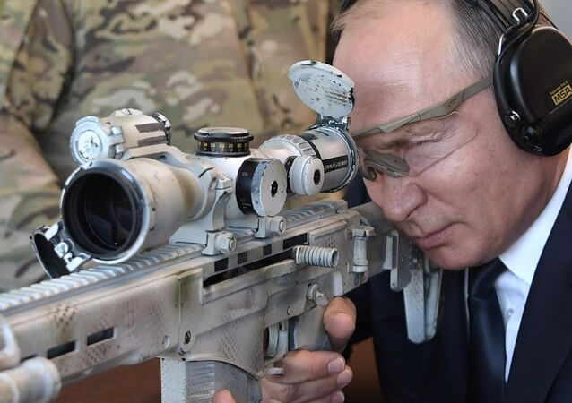 الرئيس الروسي فلاديمير بوتين يجرّب بندقية قنص تشوكافين