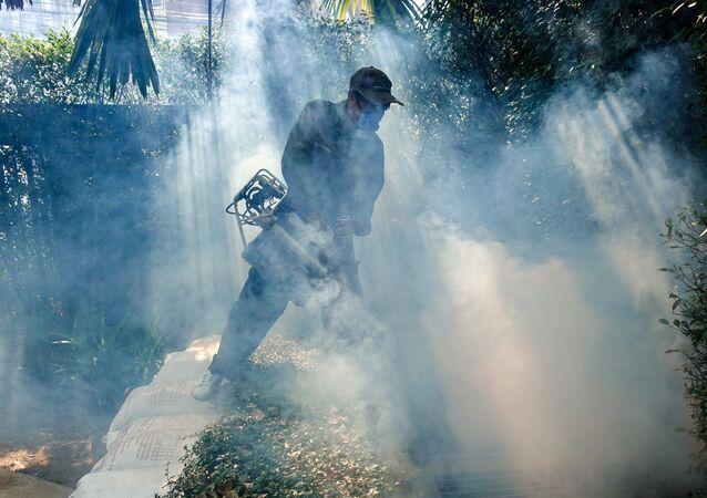 عامل يرش مبيدات حشرية