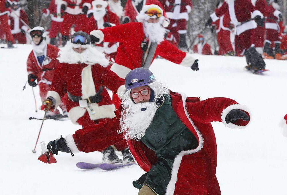 مسيرة يانتا كلاوز (بابا نويل)، وهي فعالية خيرية سنوية تقام في نيوري، ولاية ماين، الولايات المتحدة 2 ديسمبر/ كانون الاول 2018