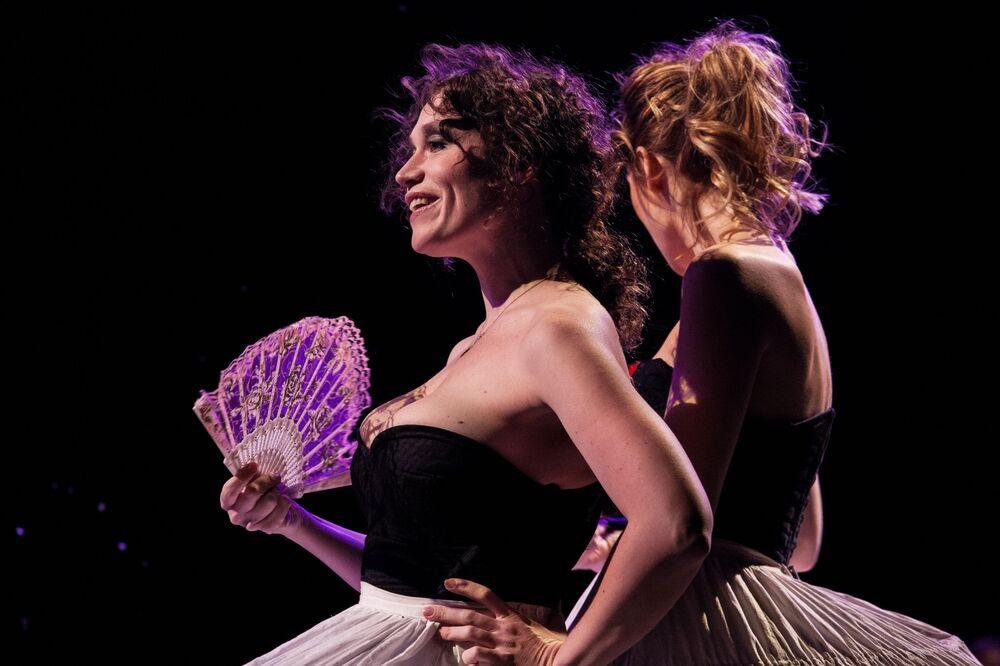 ممثلون في العرض الأول من مسرحية انقاذ كاميرون جونكر للشاعر بوشكين ، في فرع مسرح موسكو مدرسة المسرح الحديث على خشبة مسرح البيت الروسي في برلين