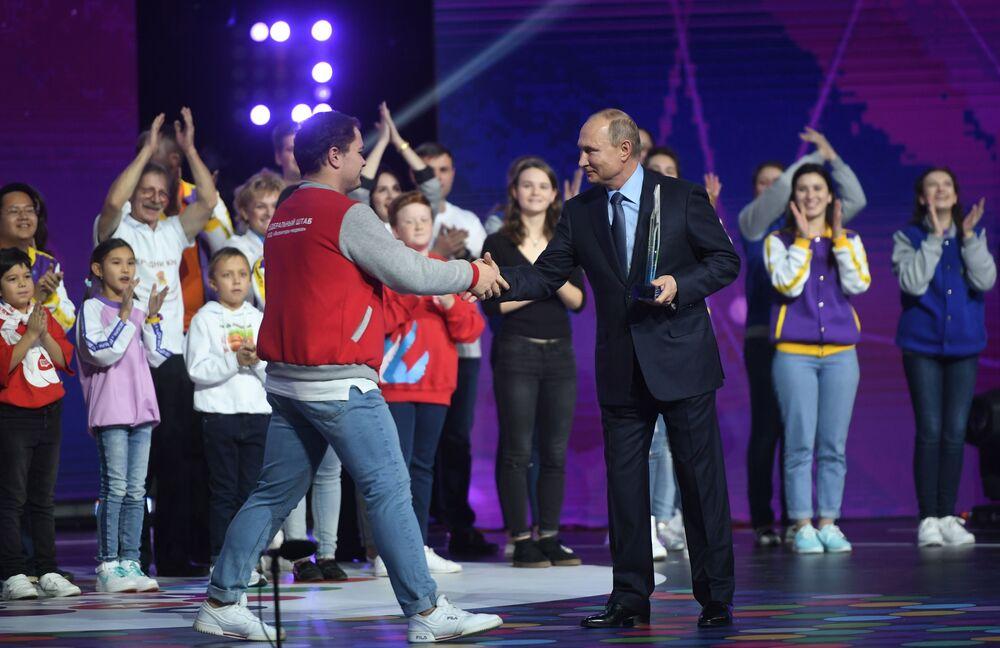 الرئيس الروسي فلاديمير بوتين يقدم جائزة متطوع روسيا - 2018 لمشارك في حركة المتطوعين - جميع الأطباء الروس - أنطون كوروتشينكو، 5 ديسمبر/ كانون الأول 2018