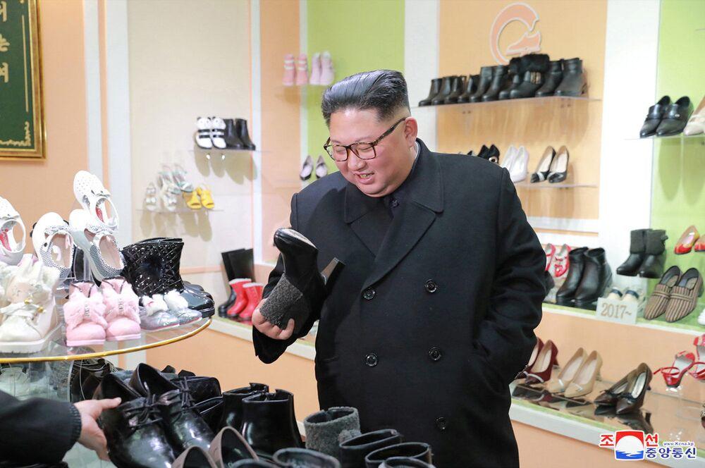 الزعيم الكوري الشمالي كيم جونغ أون يزور مصنع للأحذية في ونسان، كوريا الشمالية