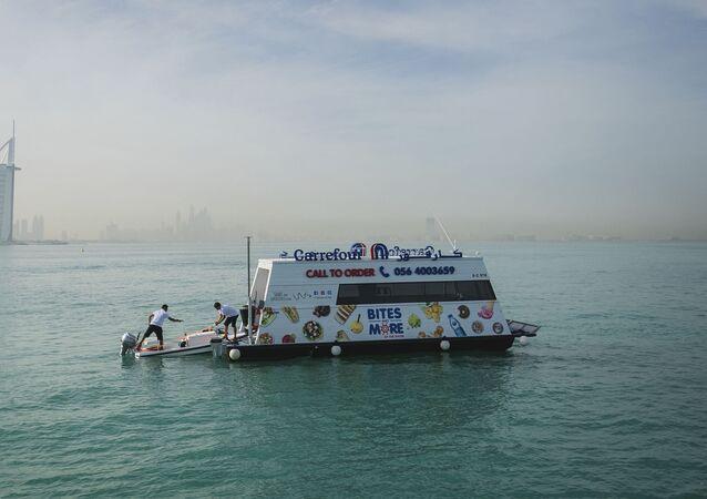 افتتاح أول سوبرماركت عائم في دبي