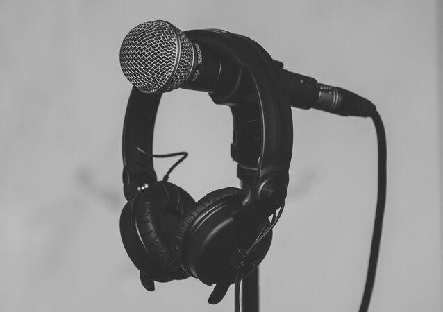 ميكروفون و سماعات موسيقية